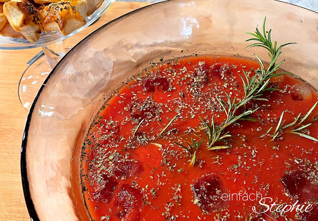 Würzige Tomaten-Kaltschale mit Blätterteig-Sternen als Vorspeise im Sommer und Winter