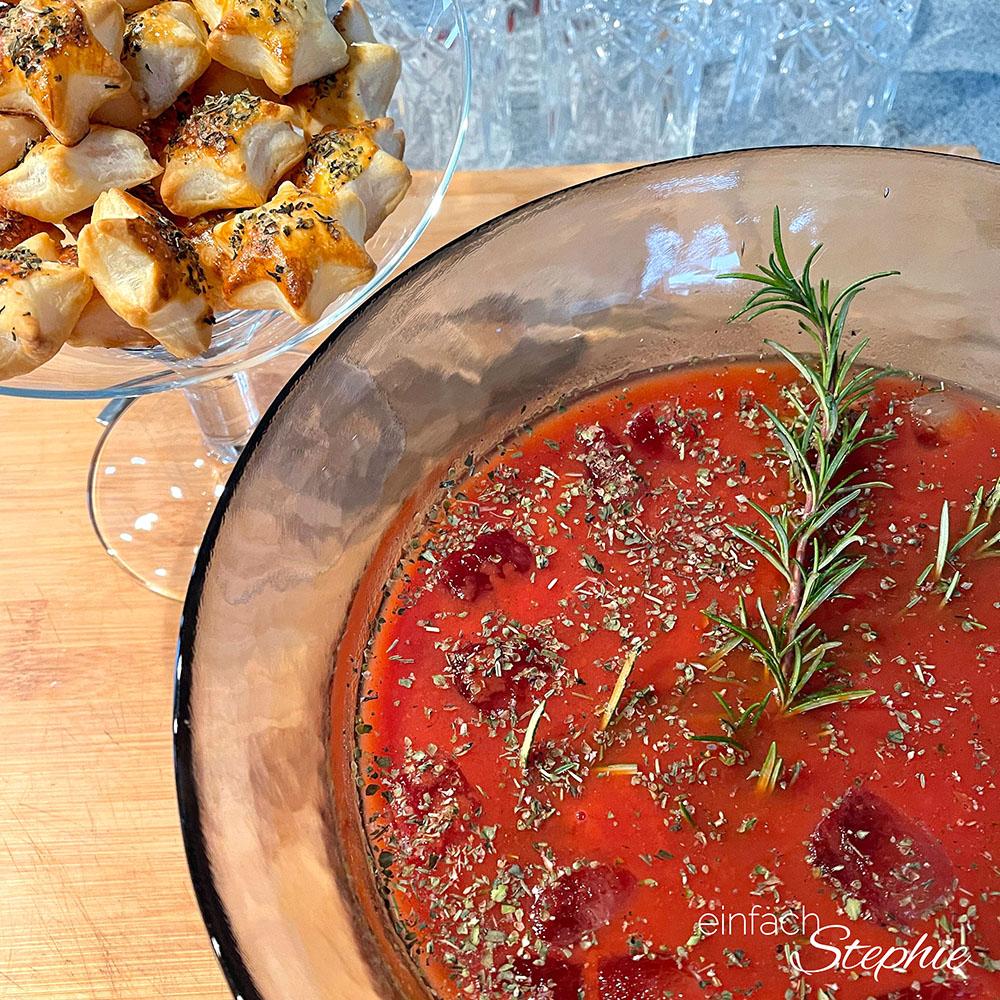 Würzige Tomaten-Kaltschale mit Blätterteig-Sternen als Vorspeise zum Raclette